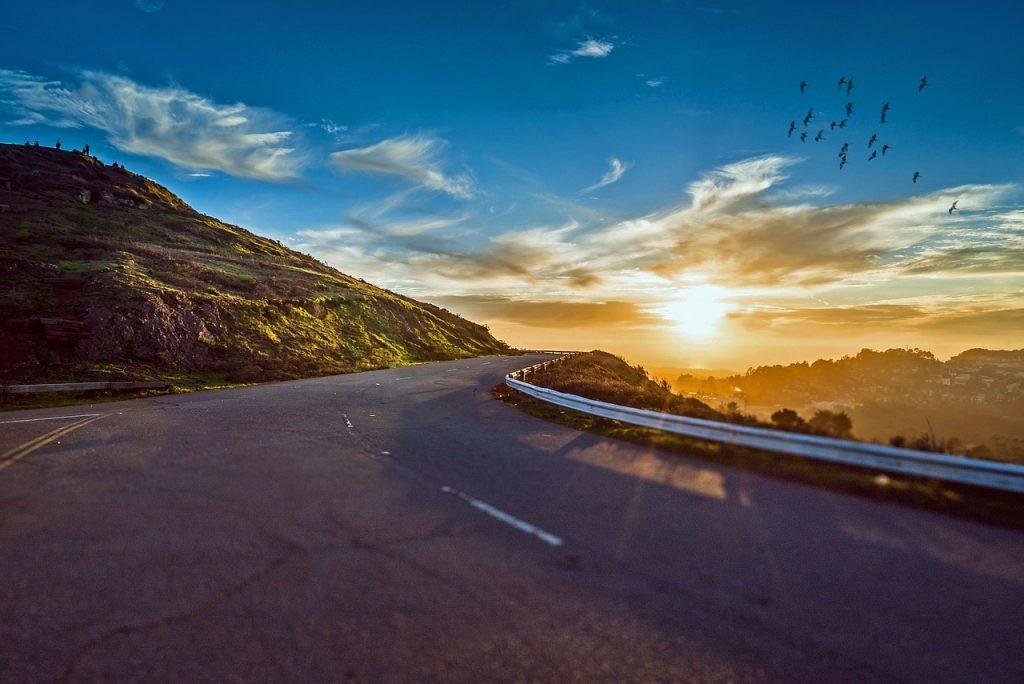ถนนพระอาทิตย์กำลังจะตกข้างๆภูเขา