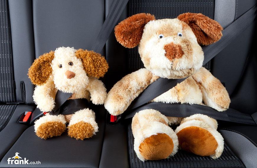 ตุ๊กตาคาดเข็มขัดนิรภัยที่เบาะหลังรถยนต์