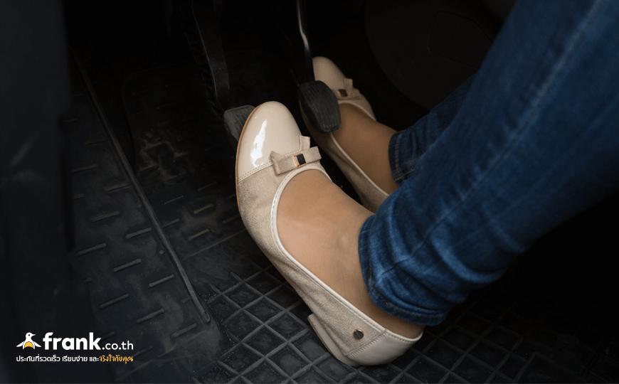 ถอดรองเท้าขับรถ ควรหรือไม่ ?